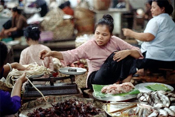 Loat anh doc ben trong cho Ben Thanh nam 1973 (2)-Hinh-3