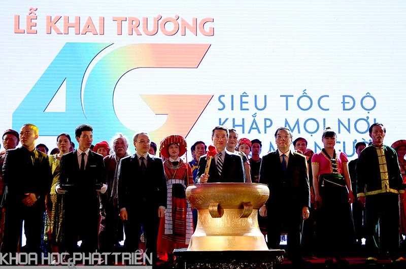 Ông Chu Ngọc Anh - Bộ trưởng Bộ KH&CN, ông Phan Tâm Thứ trưởng Bộ TT&TT và Thiếu tướng Nguyễn Mạnh Hùng thực hiện nghi lễ khai trương mạng 4G. Ảnh: Mạc Hóa.