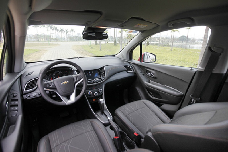 Chevrolet Trax tại Việt Nam sẽ không có phiên bản cao hay thấp mà chỉ có duy nhất một phiên bản với đầy đủ các trang thiết bị nhất mà hãng dành cho mẫu miniSUV này. Tuy nhiên, so với các nước khác, Trax tại Việt Nam sẽ không có cửa sổ trời - một trang bị gây tranh cãi về tính khả dụng.