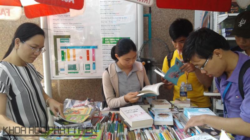 Sinh viên ĐHKHTN TP.HCM tìm đọc tài liệu