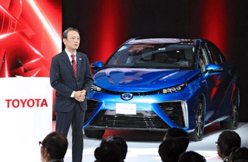 Giám đốc Kiyotaka Ise của Toyota phát biểu tại một sự kiện tổ chức vào tối 18/4 trước ngày khai mạc Triển lãm ô tô Thượng Hải 2017. Ảnh: Nikkei.