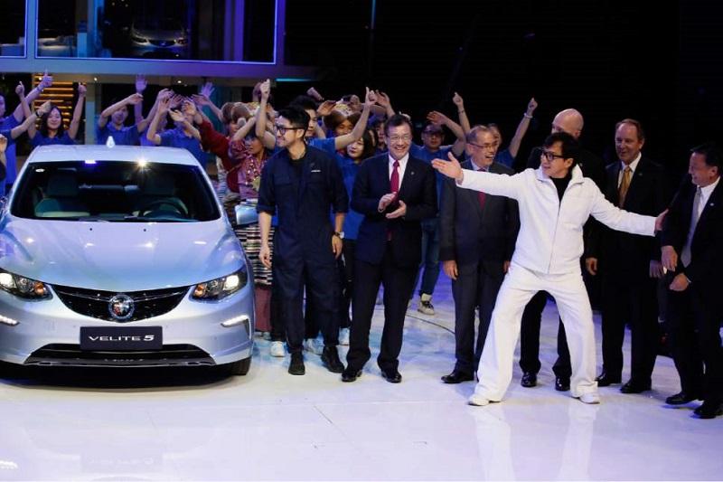 Ngôi sao phim hành động hài Jackie Chan trong lễ ra mắt toàn cầu của Buick Velite 5, một mẫu xe hybrid sạc điện, diễn ra vào tối trước ngày khai mạc Triển lãm ô tô quốc tế Thượng Hải - tối 18/4. Ảnh: AP.