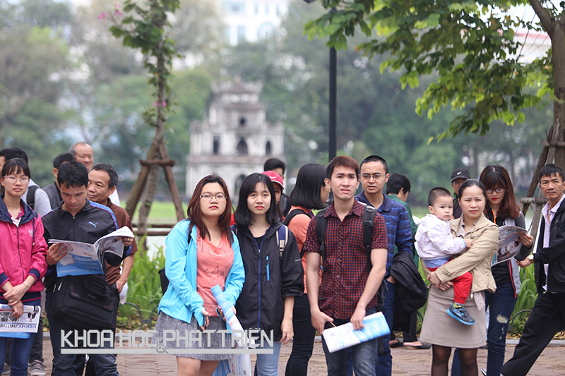 Nhiều người dân trên phố đi bộ quan tâm tới sự kiện. Ảnh: Loan Lê