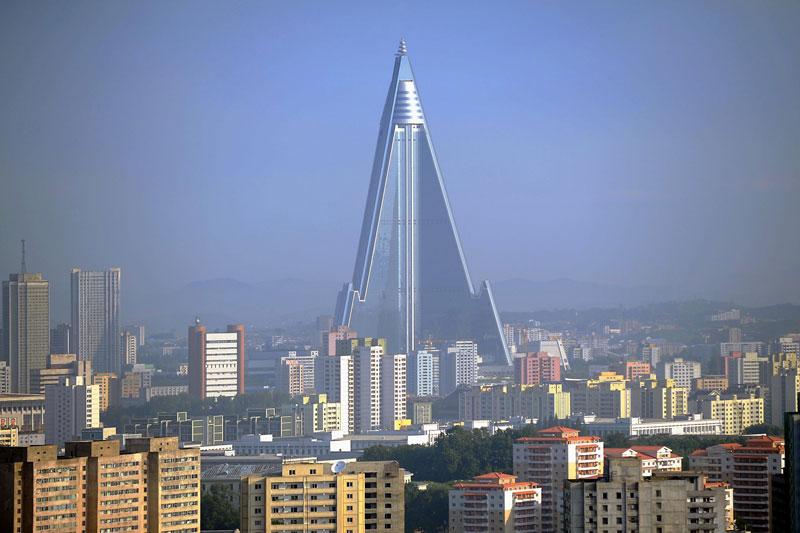 10. Khách sạn Ryugyong (105 tầng). Tòa nhà chọc trời đang được xây dựng với mục đích làm khách sạn tại Bình Nhưỡng, Cộng hòa Dân chủ Nhân dân Triều Tiên. Sau nhiều lần trì hoãn, khách sạn này chưa hẹn ngày khánh thành cụ thể.