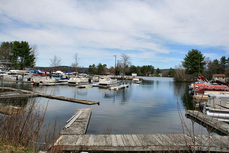 3. Chargoggagoggmanchauggagoggchaubunagungamaugg (45 ký tự). Hồ nước ở thị trấn Webster, bang Massachusetts, Mỹ. Hồ nước này có diện tích bề mặt là 5.84 km2.