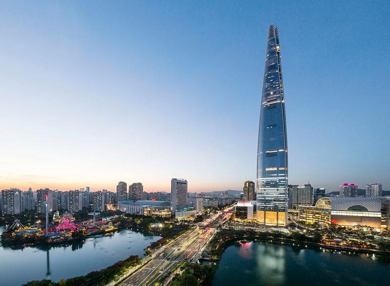 3. Lotte World Tower (123 tầng). Siêu cao ốc tọa lạc ở Thủ đô Seoul, Hàn Quốc. Việc xây dựng tháp đã bắt đầu vào ngày 1/2/2011 và kết thúc vào tháng 12/2016.