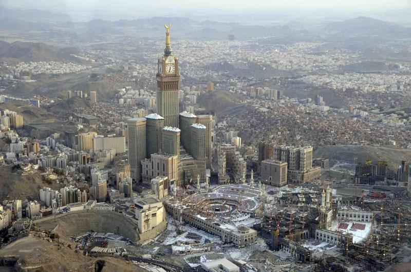 4. Abraj Al Bait (120 tầng). Là công trình phức hợp chọc trời nằm ở Mecca, Ả Rập Saudi. Trung tâm của khu phức hợp là một tòa tháp khách sạn có mặt đồng hồ lớn và cao nhất thế giới.