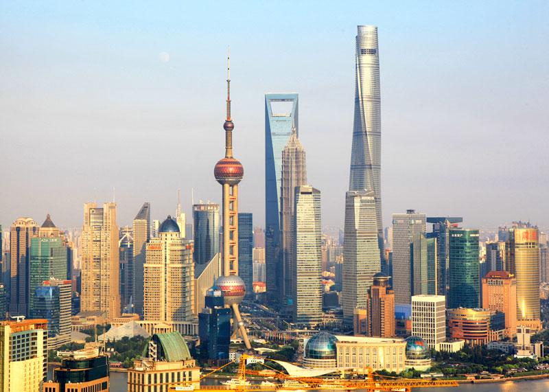 2. Tháp Thượng Hải (128 tầng). Là tòa nhà chọc trời siêu cao ở Lục Gia Chủy, Thượng Hải, Trung Quốc. Đây là tòa nhà thiết kế rất thông minh với dạng thân xoắn,nó có khả năng giảm tối đa sức đẩy của gió. Công trình này được xây dựng từ 6/9/2014 - 18/2/2015.