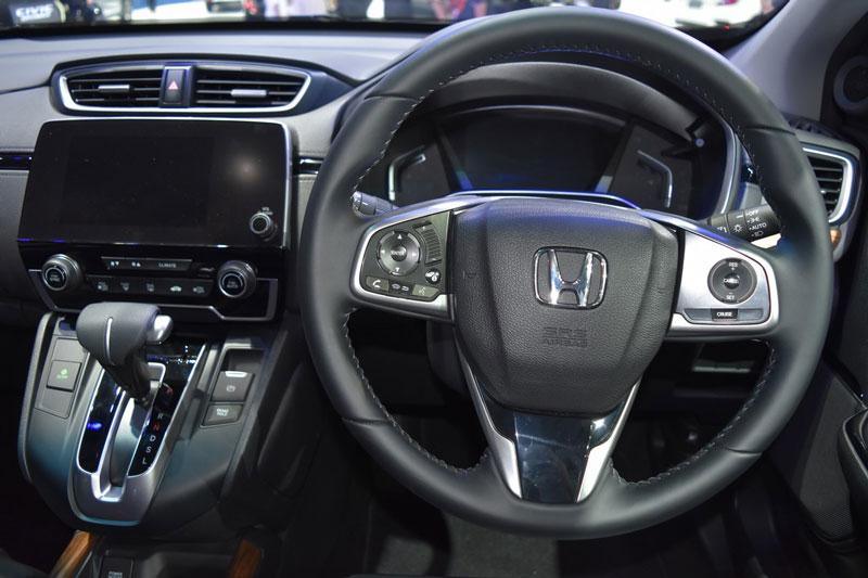 Màn hình cảm ứng 9 inch cho hệ thống thông tin giải trí, hỗ trợ ứng dụng Apple CarPlay và Android Auto. Đồng thời, Honda CR-V 7 còn được trang bị dàn âm thanh 8 loa.