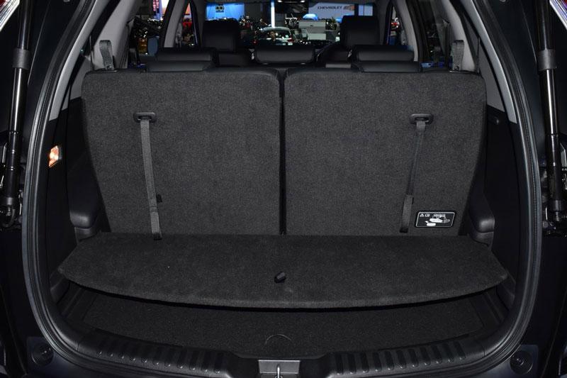 Honda CR-V 7 chỗ có tính năng mở cốp thông minh bằng cảm ứng. Khi cần mở khoang chứa hành lý, chủ nhân chỉ cần đá chân dưới gầm xe là cốp sẽ tự động mở.