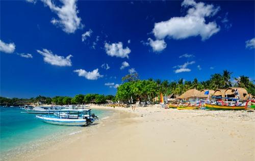 với những bãi biển đẹp, cát trắng và nước trong vắt
