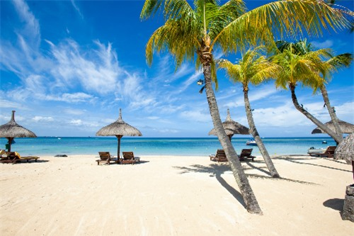 Phú Quốc thu hút du khách nhờ những bãi cát trắng mịn, nước biển trong vắt và rừng nguyên sinh xanh mát.