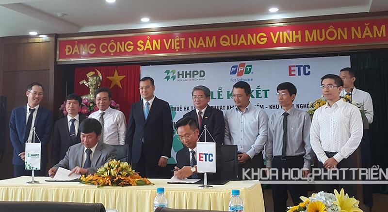Đại diện công ty HHPD và công ty ETC Holding ký kết trước sự chứng kiến của các đại biểu tham dự.