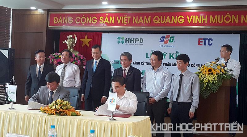 Đại diện công ty HHPD và nhà đầu tư FPT cùng ký kết hợp đồng thuê hạ tầng khu Phần mềm - Khu CNC Hòa Lạc.