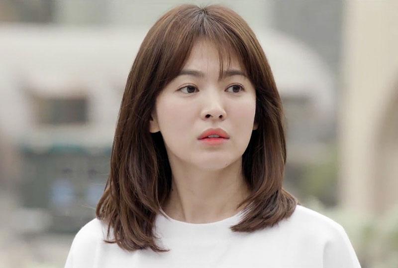 """1. Song Hye Kyo. Là diễn viên được biết đến qua các phim Trái tim mùa thu, Ngôi nhà hạnh phúc, Gió đông năm ấy, Hậu duệ mặt trời… Nhờ ngoại hình xinh xắn cùng diễn xuất tốt, cô gái sinh năm 1981 được xem là """"hòn ngọc quý"""" của làng giải trí Hàn Quốc."""
