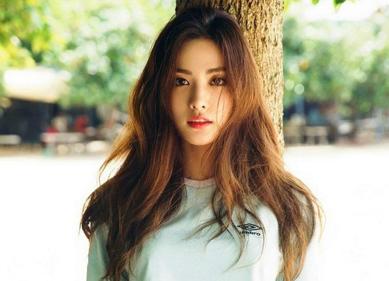 2. Nana (Im Jin-ah). Cô người mẫu, ca sĩ và là Rapper có tiếng ở Hàn Quốc. Người đẹp sinh năm 1991 là thành viên nhóm After School và nhóm nhỏ Orange Caramel. Trong 2 năm liên tiếp, (2014 và 2015) cô đứng đầu danh sách nghệ sĩ đẹp nhất hành tinh.