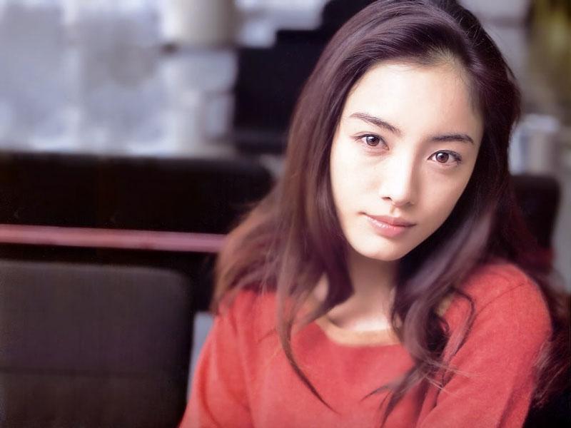 """4. Yukie Nakama. Là nữ diễn viên, cựu ca sĩ thần tượng Nhật Bản. Người đẹp sinh năm 1979 khởi nghiệp với vai trò là người mẫu áo tắm và ca sĩ (cô phát hành single đầu tay """"Moonlight to Daybreak"""" năm 1996) và tham gia một số vai phụ trong nhiều drama và phim điện ảnh."""