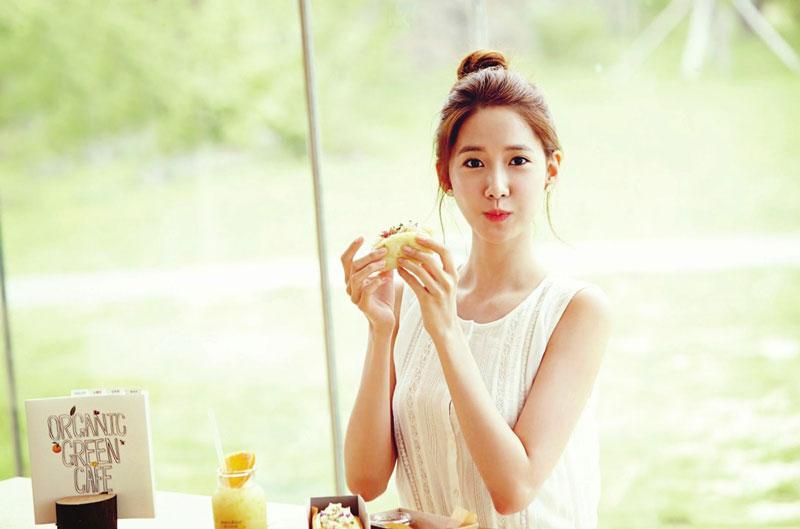 5. Im Yoon-ah (Yoona). Nữ ca sĩ và diễn viên người Hàn Quốc, thành viên nhóm nhạc nữ Girls' Generation. Cô ca sĩ sinh năm 1990 đã tham gia diễn xuất trong một số bộ phim truyền hình như You Are My Destiny (2008), Cinderella Man (2009), Love Rain (2012), Prime Minister and I (2013), Võ Thần Triệu Tử Long (2016) và The K2 (2016).