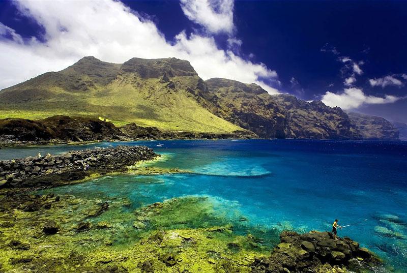 2. Tenerifec. Hòn đảo lớn nhất của quần đảo Canary, Tây Ban Nha. Với nhiều bãi biển đẹp, nhiều thắng cảnh ngoạn mục và những thị trấn sôi động, đảo Tenerife xứng đáng được gọi là thiên đường du lịch của xứ sở bò tót.