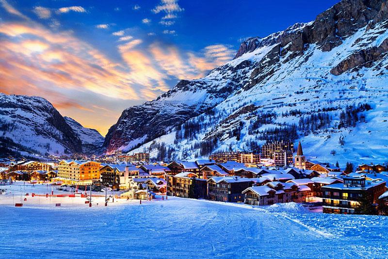 3. Courchevel. Là khu du lịch trượt tuyết nằm ở Vườn quốc gia Vanoise, Pháp. Đây là điểm đến ưa thích của những người lắm tiền nhiều của bởi nơi đây rất hiện đại và xa xỉ.