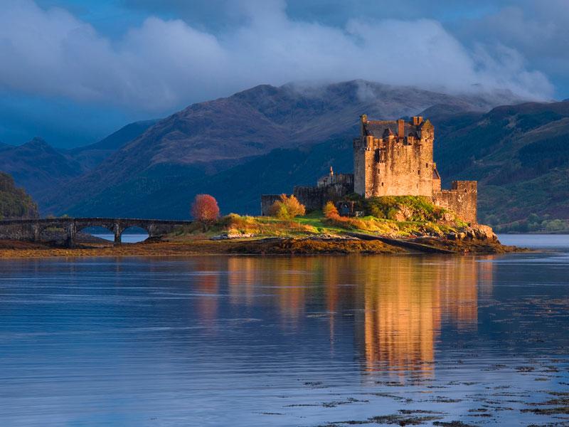 4. Cao nguyên Scotland. Là khu vực lịch sử của Scotland. Đây là vùng đất của những thắng cảnh ma mị, những đỉnh núi lởm chởm, những hồ nước hoang vắng... Thời tiết thay đổi liên tục quanh năm của vùng tạo không khí thần tiên cho những bãi biển và thung lũng hoang vắng, như luôn được bao phủ bởi màn sương mờ.