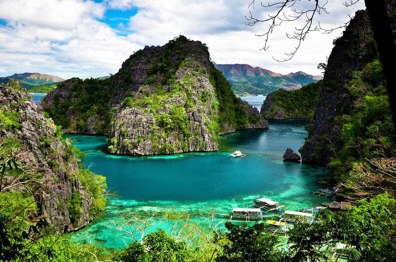 1. Đảo Palawan. Nằm ở phía Tây Nam Philippines và ngăn cách biển Đông với biển Sulu. Đây là đảo lớn thứ năm Philippines với diện tích là 12.189 km2. Palawan có thiên nhiên rất phong phú và là một trong những nơi nổi tiếng về du lịch sinh thái.