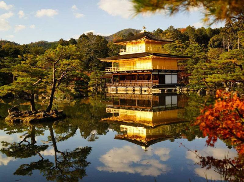6. Kyoto. Là thủ phủ cổ của Nhật Bản có lịch sử hàng nghìn năm, là nơi đóng đô của các hoàng đế Nhật Bản từ năm 794 - 1868. Với sự kết hợp hoàn hảo giữa cổ điển và hiện đại, những con phố mua sắm nhộn nhịp và hình ảnh các geisha yêu kiều, Kyoto luôn là điểm đến hấp dẫn du khách trong và ngoài nước.