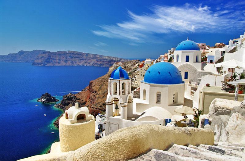 9. Santorini. Là hòn đảo ở miền Nam biển Aegea, nằm cách 200 km về phía Đông Nam của Hy Lạp đại lục. Từ lâu, nơi đây đã nổi tiếng với những vách đá dựng đứng ôm lấy bờ biển cát đen đặc trưng của bụi núi lửa, cùng với nét kiến trúc độc đáo của hai gam màu trắng và xanh da trời như màu của lá cờ đất nước Hy Lạp.