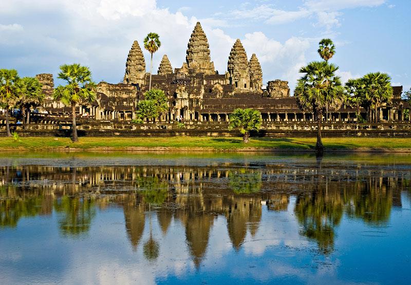 """7. Campuchia. Quốc gia nằm trên bán đảo Đông Dương ở vùng Đông Nam Á. Nó là quốc gia được mệnh danh """"đất nước chùa tháp"""" chứa đựng bao điều bí ẩn làm mê đắm nhiều du khách. Nơi ấy, vẻ đẹp nguyên sơ cùng sự hùng vĩ của Angkor, cung điện Hoàng Gia, Bokor in đậm dấu ấn thời gian. Con người bản địa dung dị, thân thiện và mến khách sẽ khiến ai cũng phải ngưỡng mộ ngành du lịch Campuchia."""