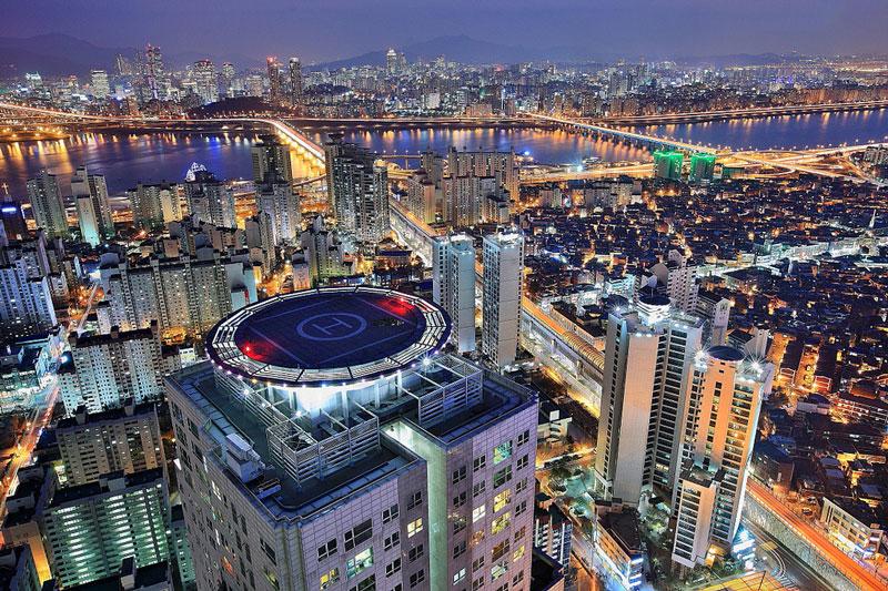 10. Thủ đô Seoul. Thủ đô của Hàn Quốc, nằm bên sông Hán ở phía Tây Bắc Hàn Quốc. Thành phố hút khách với sự kết hợp hoàn hảo giữa nét cổ kính và hiện đại. Nơi đây có nhiều nơi tham quan, mua sắm hấp dẫn như làng Hanok Bukchon, bảo tàng nội thất Hàn Quốc, Gangnam…