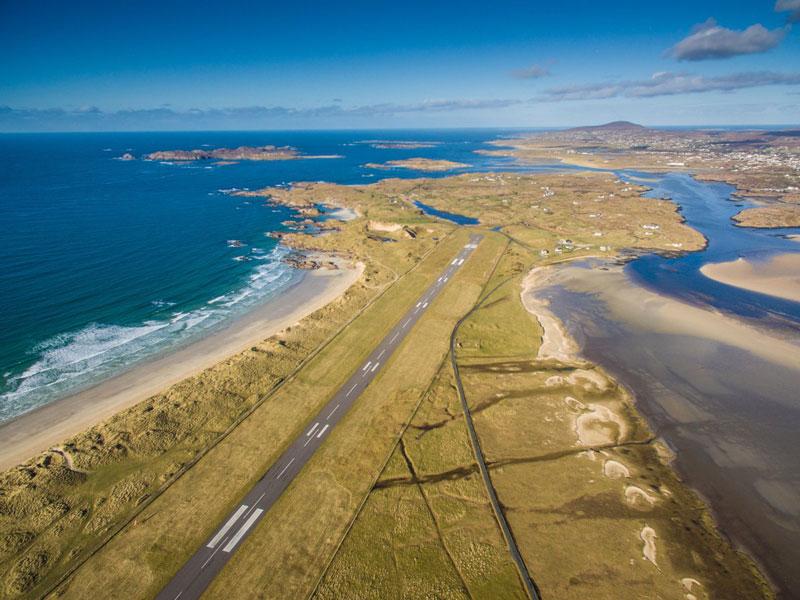 2. Sân bay Donegal. Sân bay nằm ở phía Tây Bắc của quận Donegal, Cộng hòa Ireland. Nó nổi tiếng là sân bay rộng và đẹp.