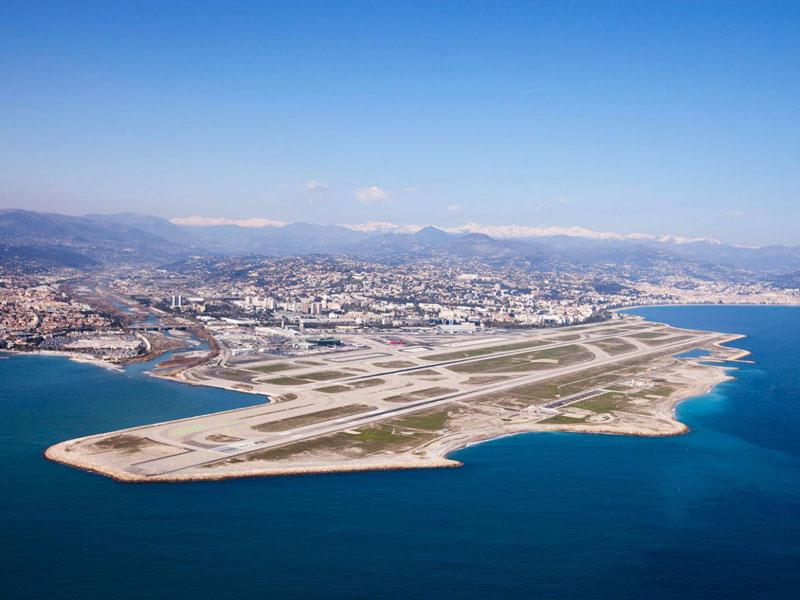 3. Sân bay Nice - Cote d'Azur. Là sân bay có cự ly 5,9 km về phía Tây Nam của thành phố Nice, Pháp. Sân bay có 2 đường băng bằng bê tông asphalt và bitumen dài 2.570m và 2.960m.