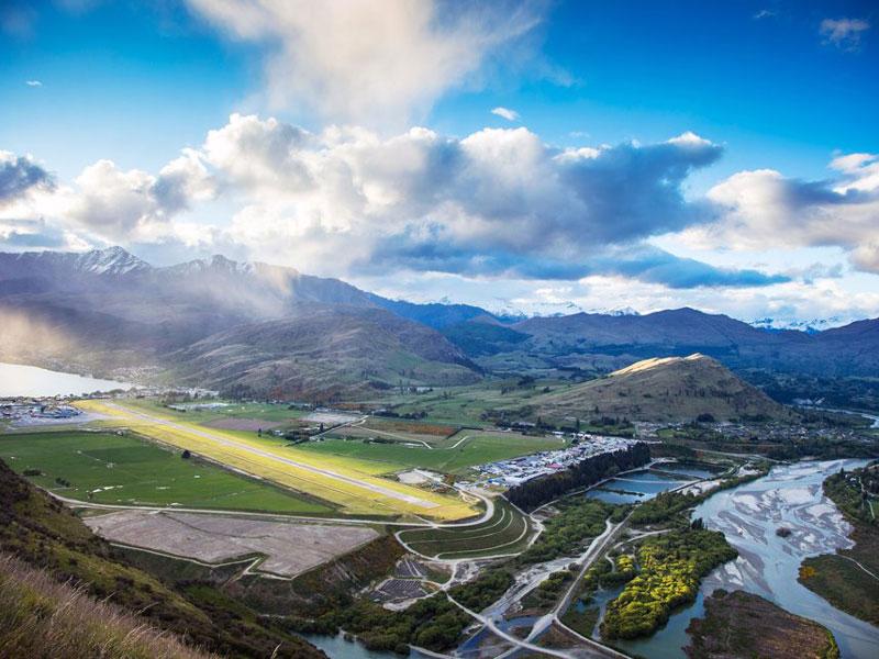 5. Sân bay Queenstown. Là sân bay quốc tế tọa lạc ở Frankton, Otago, New Zealand. Sân bay lần đầu tiên được cấp phép hoạt động vào năm 1935, nhưng mãi cho đến những năm 1950 nó mới chính thức được đưa vào sử dụng.