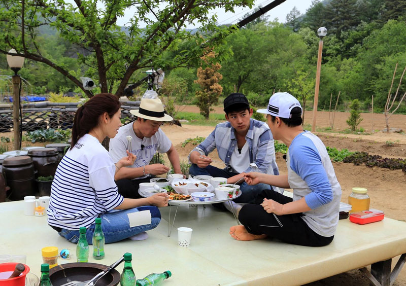 5. Three Meals a Day (Ngày 3 bữa). Chương trình nấu ăn thực tế của Hàn Quốc, phát sóng tập đầu tiên vào tối ngày 17/10/2014 trên kênh TvN. Khách mời tham gia chương trình sẽ phải tự tìm kiếm và chế biến thức ăn ở các ngôi làng nhỏ.