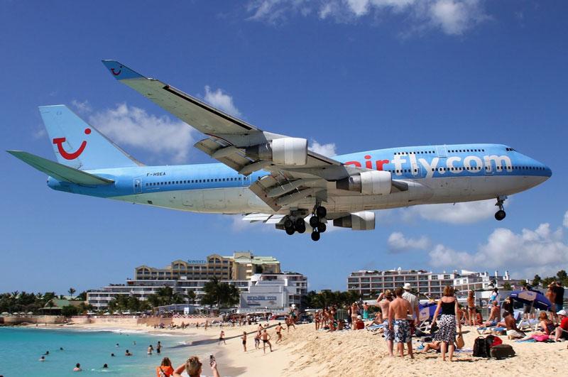 7. Sân bay quốc tế Princess Juliana. Sân bay phục vụ đảo Sint Maarten ở Antilles Hà Lan. Sân bay này nổi tiếng do có đường băng rất ngắn, chỉ vừa đủ cho các máy bay nặng.