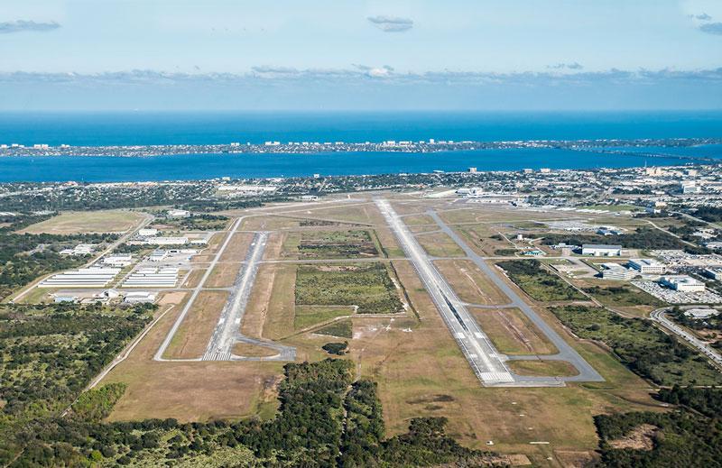 8. Sân bay Quốc tế Orlando Melbourne. Nằm ở phía Tây Bắc của trung tâm thành phố Melbourne, Florida, Mỹ. Sân bay này bắt đầu được đưa vào sử dụng năm 1928.