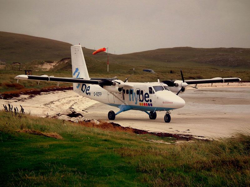 9. Sân bay Barra. Sân bay có đường băng ngắn nằm trong vịnh cạn Traigh Mhor tại phía Bắc của đảo Barra, Outer Hebrides, Scotland. Đây là sân bay duy nhất trên thế giới mà các chuyến bay được sắp xếp theo lịch trình lên xuống của thủy triều do sân bay đã sử dụng bãi biển làm đường băng.