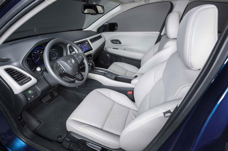 Phiên bản cơ sở của Honda HR-V 2017 sử dụng ghế nỉ, màn hình trung tâm kích thước 5 inch. Trong khi đó, phiên bản cao cấp nhất có ghế bọc da, màn hình LCD 7 inch.