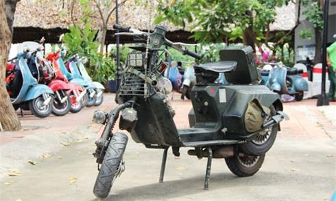 Bản độ Vespa cổ theo phong cách quân đội tại Việt Nam. Mẫu scooter thiết kế vốn thời trang trở nên gân guốc và phá cách kiểu nhà binh bởi một người chơi xe tại Gia Lai. (CHI TIẾT)