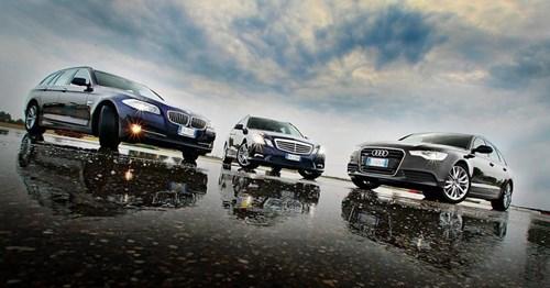Mercedes, BMW và Audi chạy đua công nghệ trên xe hơi. Trang Carwow vừa thực hiện một cuộc so sánh nhỏ giữa công nghệ xe hơi trên những chiếc Mercedes E-Class, BMW 5 Series và Audi Q5. (CHI TIẾT)