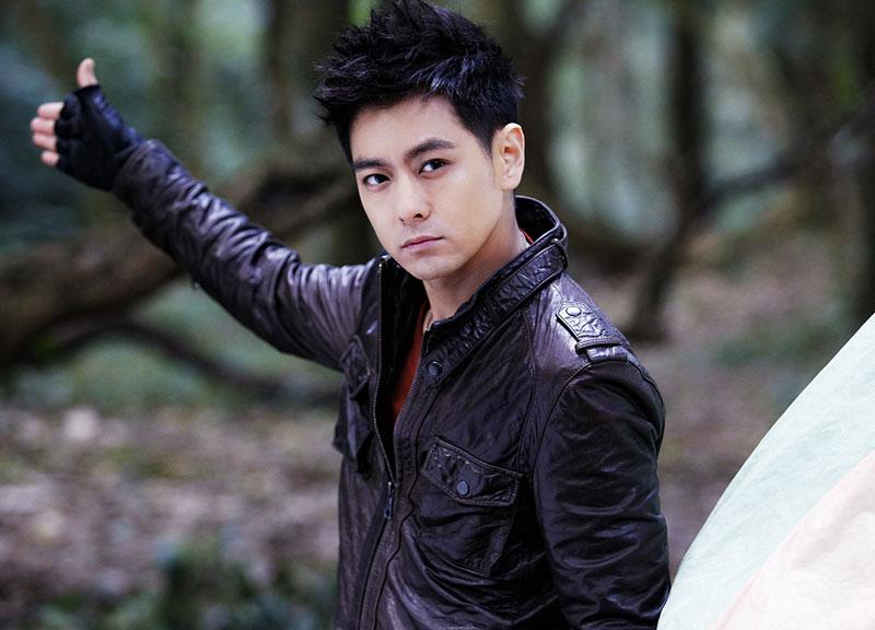 10. Lâm Chí Dĩnh - lượt theo dõi: 66.969.967 người. Nam ca sĩ, diễn viên, tay đua xe công thức 1 chuyên nghiệp người Đài Loan, Trung Quốc. Năm 1990, khi mới 16 tuổi, mỹ nam 42 tuổi bắt đầu tham gia vào lĩnh vực giải trí. Một năm sau, anh đã trở nên nổi tiếng khi phát hành album ca nhạc Not Every Long Song Have Sweet Memories.