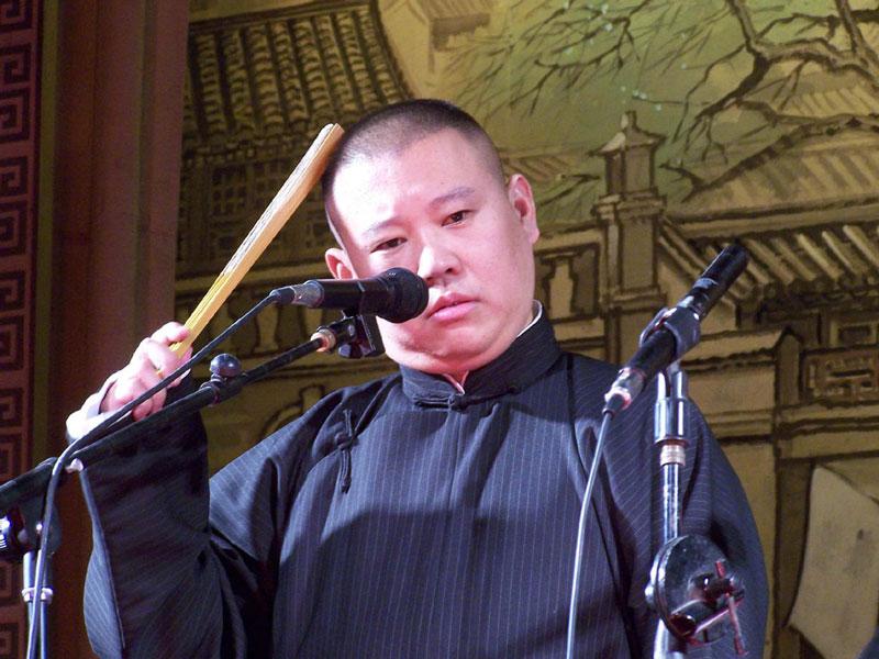 9. Quách Đức Cương - lượt theo dõi: 67.599.282 người. Là diễn viên hài nổi tiếng của Trung Quốc. Hiện tại, diễn viên sinh năm 1973 này là một trong những nghệ sĩ giàu có và thành công nhất đất nước tỷ dân.