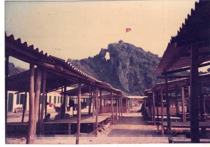 Các dãy nhà, hàng quán vắng người dưới chân núi Phai Vệ.
