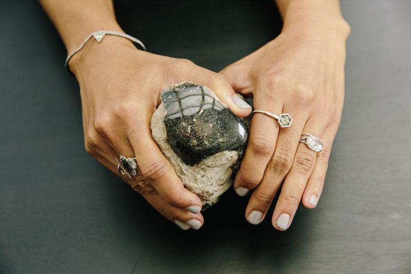 2. Monique Pean. Năm 2006, thương hiệu Monique Pean đã chính thức ra đời khi nhà thiết kế cùng tên với nhãn hàng này giới thiệu dòng sản phẩm trang sức sang trọng nhưng cũng rất thân thiện với môi trường. Monique Pean có kiểu dáng và thiết kế độc đáo về chất liệu lẫn mẫu mã.