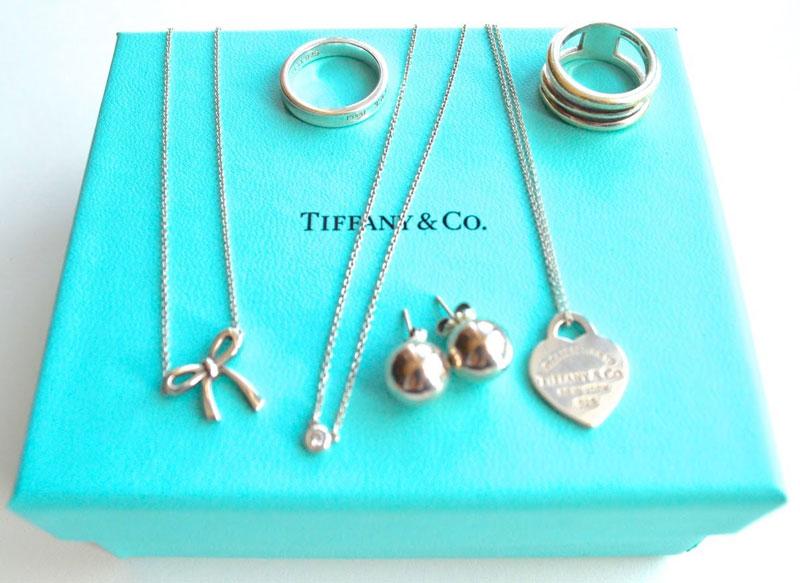 5. Tiffany & Co.. Thương hiệu trang sức có trụ sở chính ở thành phố New York, Mỹ. Tiffany nổi tiếng về hàng xa xỉ và đồ trang sức kim cương. Nhãn hiệu này được thành lập bởi Charles Lewis Tiffany và John B. Young tại bang Connecticut, Mỹ vào năm 1837.