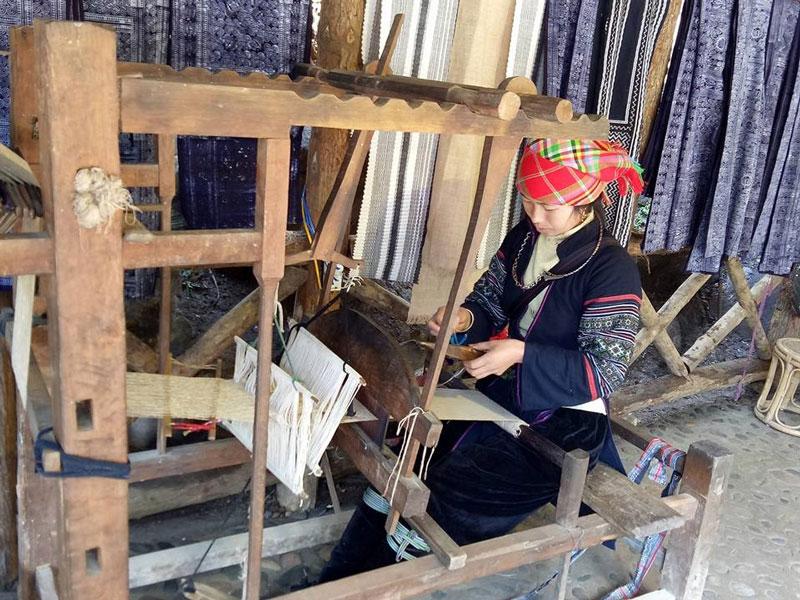 Người H'Mông ở bản Cát Cát sống bằng nghề se lanh, dệt vải, chạm trổ bạc, rèn nông cụ. Ảnh: Mai Dang.