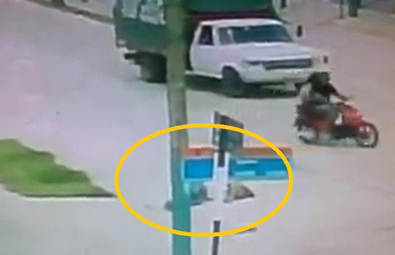 Nam thanh niên tử vong ngay tại chỗ sau khi bị xe buýt cán qua người. Ảnh cắt từ clip.