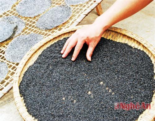 Khâu nhặt sạch vừng là lâu công nhất bởi hạt vừng vừa nhỏ, màu đen nên công đoạn làm sạch vừng vô cùng quan trọng.  Nếu vừng nhặt không sạch khi ăn chiếc bánh đa sẽ bị nhám, sạn.