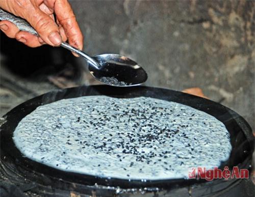 Bột pha với nước vừa đủ, tạo nên độ sền sệt đủ để tráng một lớp lên chiếc vỉ làm từ vải, bên dưới đặt một nồi nước sôi. Cho vừng đen rửa sạch, ráo nước, phơi khô rắc đều lên cả hai mặt bánh.