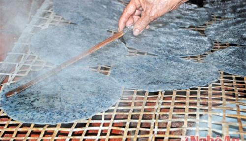 Bánh đa khi đã tráng chín được trải nhẹ tay trên vỉ nữa để nguội rồi mới đem phơi